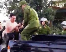 """Cảnh sát nổ súng khống chế nam thanh niên """"ngáo đá"""" cầm hung khí"""