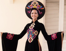 Hoa hậu H'hen Niê đại diện trao áo dài cho Bảo tàng Phụ nữ Nam Bộ