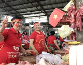 """Tiểu thương """"nhuộm"""" đỏ chợ bằng cờ Tổ quốc cổ vũ U23 Việt Nam"""
