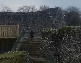 Chụp ảnh lâu đài thời Trung Cổ, thấy người mặc áo choàng đen bí ẩn?