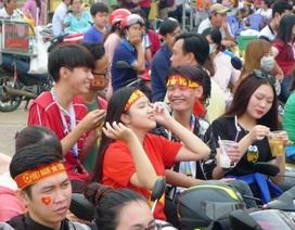 Những fan nữ xinh Cần Thơ đội nắng cổ vũ U23 Việt Nam