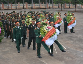 Phó Tư lệnh Lục quân Campuchia dâng hương liệt sĩ quân tình nguyện Việt Nam