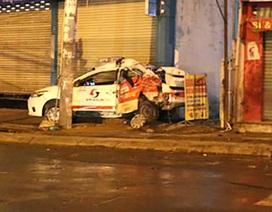 Ngủ trong taxi, tài xế bị xe container tông chết