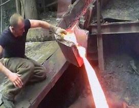 Thò tay trần vào kim loại nóng chảy mà không hề hấn gì?