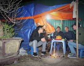 Người Hà Nội đốt củi sưởi ấm, thức trắng đêm trông đào giữa giá rét