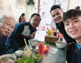 Duy Mạnh, Quang Hải mời thầy Park Hang Seo ăn phở Hà Nội