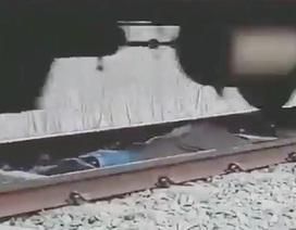 Thanh niên liều mình nằm dưới đường ray để tàu chạy qua
