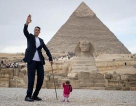 Người đàn ông cao nhất thế giới hội ngộ với cô gái thấp nhất hành tinh ở Ai Cập