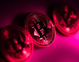 """Bitcoin giảm chỉ còn 9.800 USD, nhà đầu tư đổ xô """"bán tháo"""""""