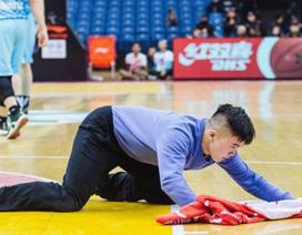 """Thanh niên Trung Quốc """"đổi đời"""" từ giẻ lau sân bóng rổ"""