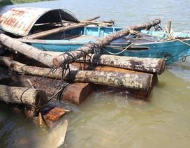 Phát hiện cảnh sát, lâm tặc phi tang gỗ xuống sông trốn thoát
