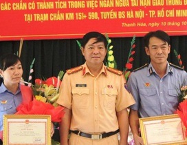 """Khen thưởng 2 nhân viên đường sắt vụ barie chắn tàu """"xuyên thủng"""" xe khách"""