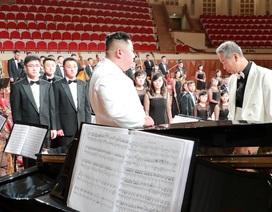 Ông Kim Jong-un tặng đàn dương cầm trong chuyến thăm nhà hát