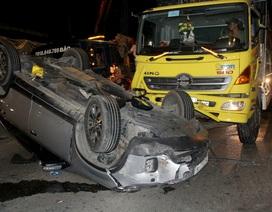 Bố mẹ cùng 2 con kêu cứu trong chiếc ô tô lật ngửa