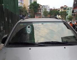 Hà Nội: Thanh sắt từ công trình xây dựng rơi xuống đâm thủng kính ô tô