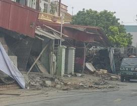 Xe tải lao thẳng vào 3 nhà dân ven đường
