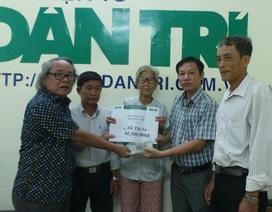 Trao số tiền hơn 90 triệu đồng cho bà Hồ Thị Sa ở Vĩnh Long