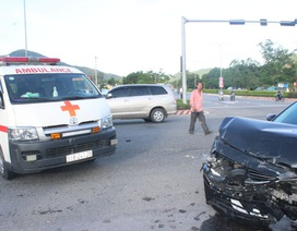 Xe cấp cứu va chạm ô tô, nữ y tá văng khỏi xe