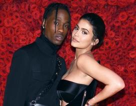 Bạn trai Kylie Jenner thể hiện sự lãng mạn bằng hàng trăm đóa hồng