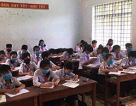 Học sinh đeo khẩu trang nghe giảng bài, dân đeo khẩu trang ngủ (!?)