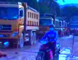 Xe ben phá nát đường, dân giăng lưới B40 chặn xe