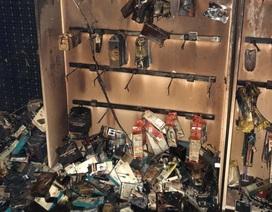 Cửa hàng điện thoại bốc cháy, nhiều tỷ đồng ra tro