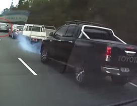 """Xe Mercedes-AMG """"thử phanh"""" rồi bỏ chạy, gây họa cho xe phía sau"""