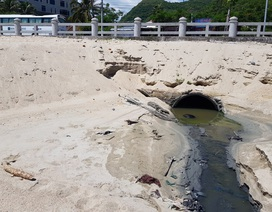 """Vụ cống xả """"đầu độc"""" bãi biển Nha Trang: Lấy mẫu nước giám định"""