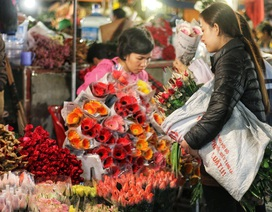 Dân buôn trắng đêm, mỏi tay đếm tiền nhờ bán hoa lễ 20/10