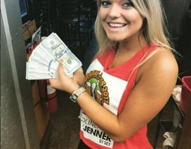 Nữ bồi bàn sốc khi được thực khách để lại hơn 230 triệu tiền... tip