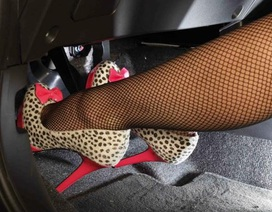 Vì sao phụ nữ không nên đi giày cao gót lái ôtô?