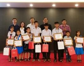 Quảng Bình: Trao học bổng đến học sinh có bố, mẹ tử vong do tai nạn giao thông