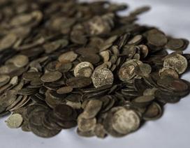 Sông cạn nước, dần lộ ra kho báu hơn 2.000 đồng xu vàng