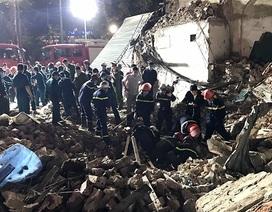 Hàng trăm công an lật từng viên gạch cứu hộ nhà bị sập đối diện hồ Gươm