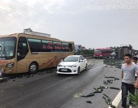 Xe tải đâm xe khách rồi lật trên cao tốc Nội Bài - Lào Cai