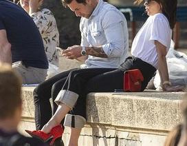 Victoria Beckham đi giày cao gót ra biển