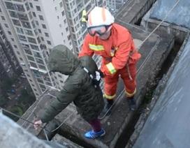 Cậu bé 8 tuổi đòi nhảy từ lầu 33 xuống đất vì không muốn đi học