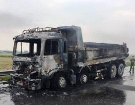 Xe tải chở áp phan bốc cháy khi đang lưu thông trên quốc lộ 21A
