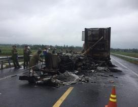 Xe container cháy rụi sau va chạm, 2 tỷ đồng ra tro