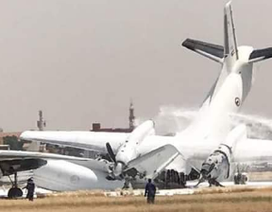Video hai máy bay quân sự đâm nhau gãy đôi