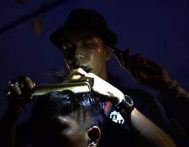 Soi đèn hớt tóc bên vỉa hè... nghĩa trang Bình Hưng Hòa