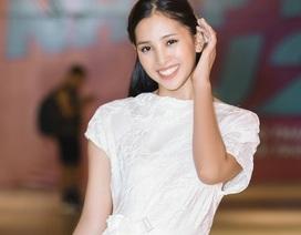 """Hoa hậu Tiểu Vy diện đầm trắng xinh như """"đoá trà my"""""""