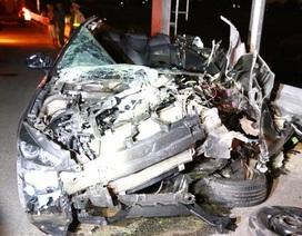 Mazda 3 nát bét sau cú va chạm, 2 người chết, 2 người bị thương