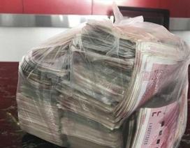 Người quét rác trả lại 22.000 USD nhặt được, từ chối nhận thưởng 1 năm tiền lương