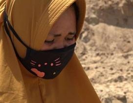 Bi kịch của một góa phụ cạnh hố chôn tập thể nạn nhân động đất/sóng thần Indonesia