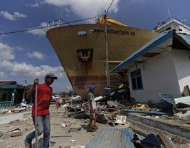Khoảnh khắc sóng thần Indonesia hất tung phà dài 65m như quả bóng