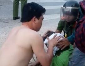 Đại úy CSGT cởi áo cầm máu cho người đàn ông bị tai nạn