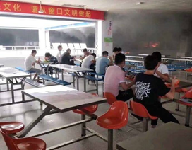 Căng tin trường bốc cháy khói mù mịt, sinh viên vẫn... ngồi ăn ngon lành