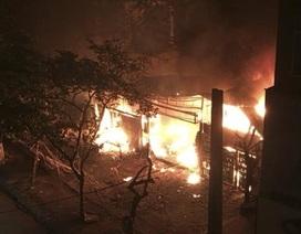 Hà Nội: 2 cửa hàng trên phố Chùa Láng bốc cháy dữ dội