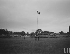 Hình ảnh lính Pháp cuốn cờ rút khỏi Hà Nội năm 1954
